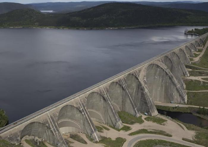 The Daniel-Johnson Dam in Quebec generates 2,660 MW of electric power.               Photo courtesy of New Hampshire Public Radio.